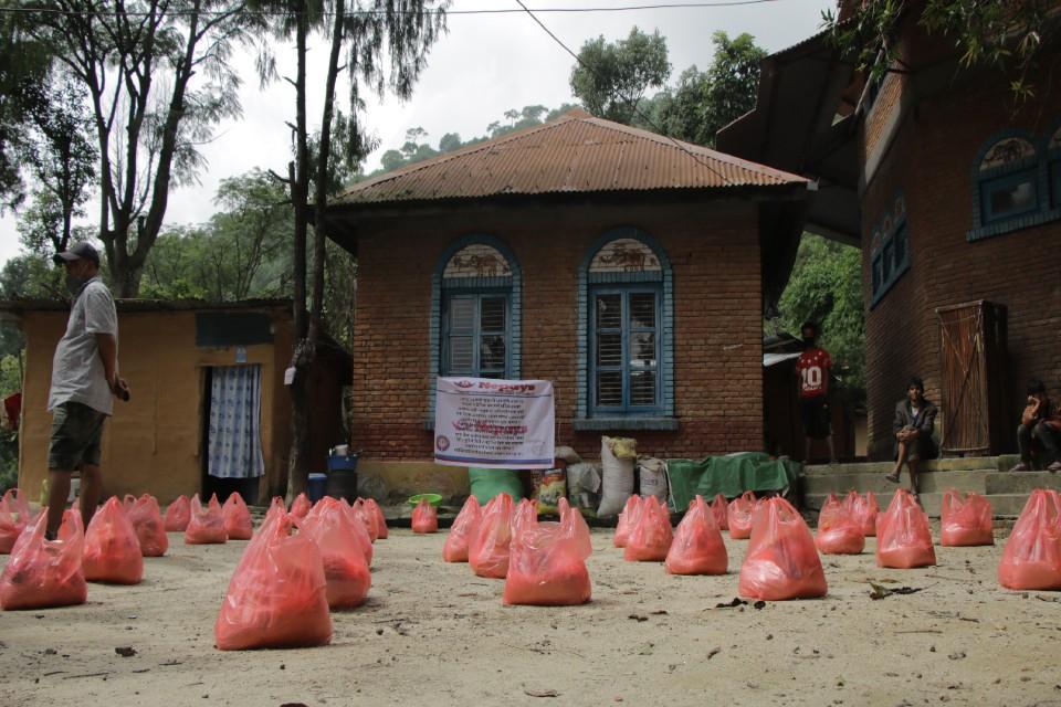 बसन्त गौचनको पहलमा अशक्त परिवार र श्रमिकहरुलाई खाद्यान्य सहयोग